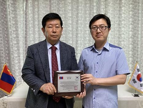 몽기총 법인회장 김동근 장로가 코로나19로 인해 한국에 머물고 있는 가운데 몽골에 교회를 건축할 수 있도록 지원한 광명광산교회 강문종 담임목사(사진위)와 오태형 전도사에게 감사패를 전달했다.