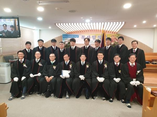 서초노회는 지난 13일 만강교회에서 9명의 목사임직식을 거행했다.