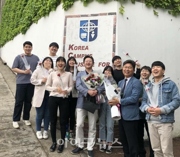 CCC 대표 박성민 목사, 동료 간사들과 함께한 이화선 간사(오른쪽)